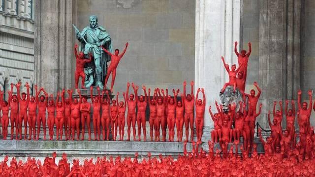 Rot bemalte Sujets bei der Feldherrnhalle in München