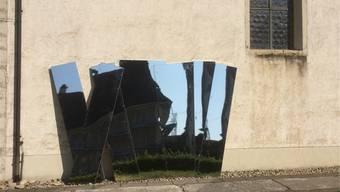 Eine der Skulpturen von Edy A. Wyss bei der Alten Kirche Härkingen.