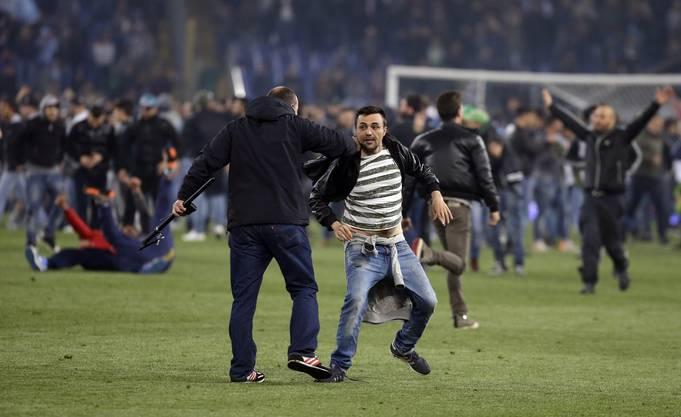 Die Spieler stürmen nach Spielschluss das Fussballfeld