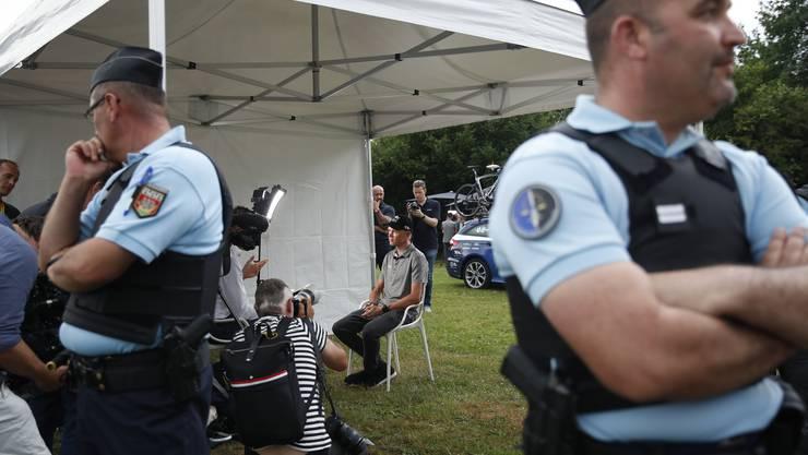 Von Beamten bewacht gibt Froome vor der Tour de France Auskunft