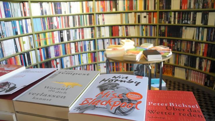 Das runde Regal in der Buchhandlung im Volkshaus lädt zum Schmöckern ein