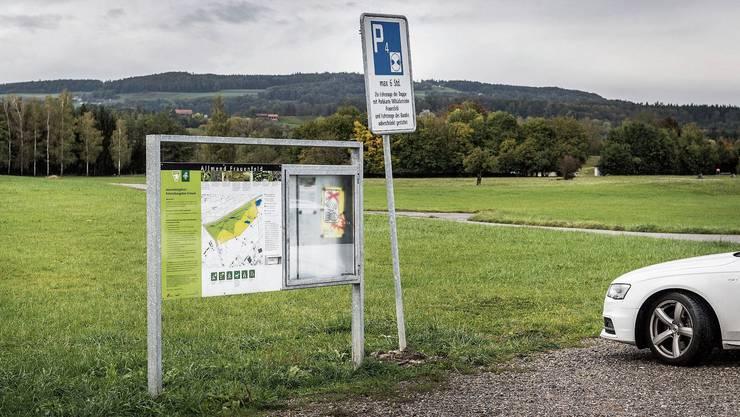 Für zivile Automobilisten gelten auf den Parkplätzen des Armee-Waffenplatzes in der Grossen Allmend seit Mai offiziell Parkscheibenpflicht sowie eine maximale Parkdauer von sechs Stunden.