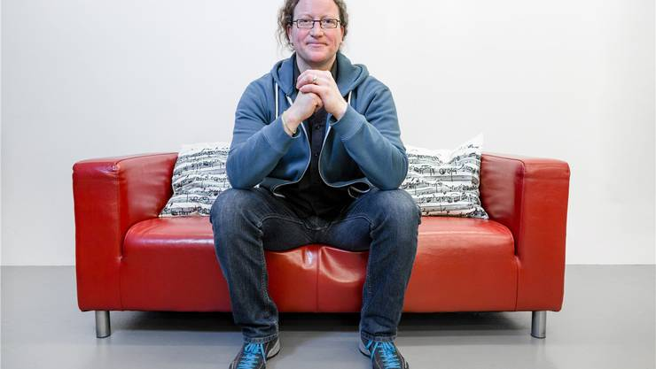 Marc Urech auf dem roten Sofa in der Musikwerkstatt Brugg.Sandra Ardizzone