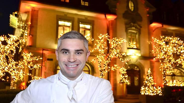 """Benoît Violier im Dezember 2015 vor dem Restaurant """"L'Hôtel de Ville"""" in Crissier."""