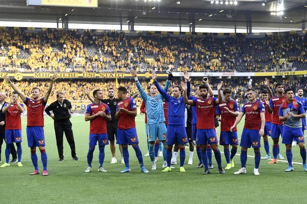 Auch die anderen Spieler feiern ausgiebig mit: Der FC Basel bleibt auch nach dieser Runde Tabellenführer.