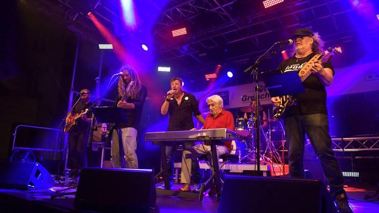 «Light Food» mit ihren Special Guests George und Jacky brachten das Publikum zum Tanzen und mitsingen.