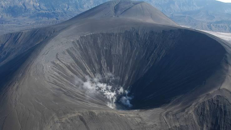 Der riesige Krater des Vulkans Okmok.