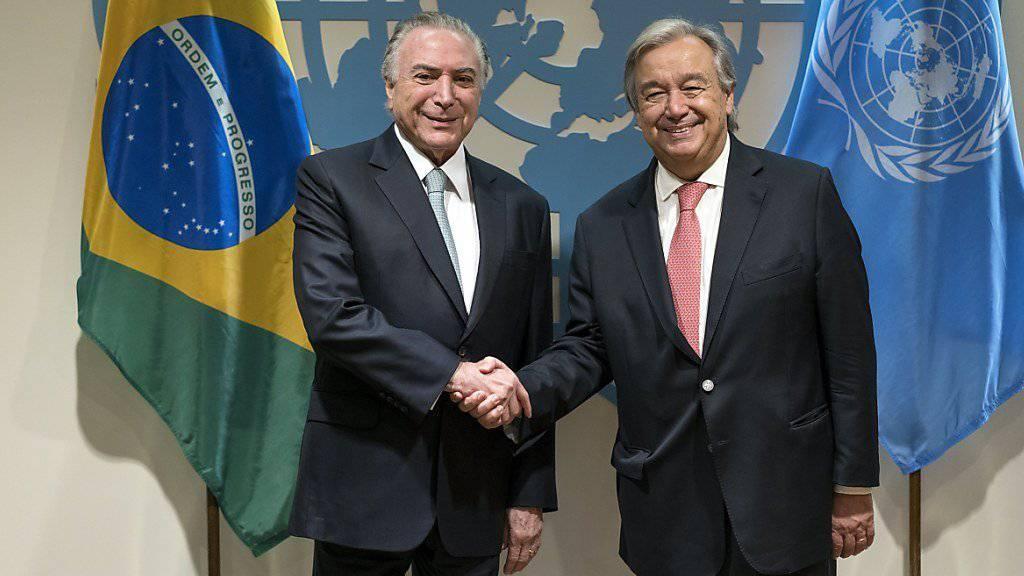 Brasiliens Präsident Temer (l.) setzte als erster Staatschef die Unterschrift unter den Vertrag zum Verbot von Atomwaffen, UNO-Generalsekretär Guterres sprach von einem «Meilenstein».
