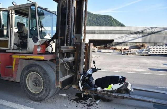 Bei einer Frontalkollision zwischen einem Gabelstapler und einem Motorrad wurde der 16-jährige Rollerfahrer verletzt. Dieser war auf der Rotzlochstrasse in Stansstad aus noch ungeklärten Gründen auf die Gegenfahrbahn geraten, wo es um 7 Uhr zur Kollision kam. Er wurde ins Kantonsspital überführt.