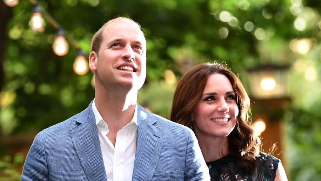 Heil überstanden: Nach einem beängstigend turbulenten Flug können der britische Prinz William und seine Frau Herzogin Kate wieder lachen.