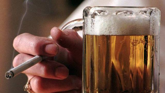 Mehrere zehntausend Kinder leben in der Schweiz in einer Familie, in der ein oder beide Elternteile ein Alkoholproblem haben. Hinzu kommen noch Kinder aus Familien mit anderweitigen Suchtbelastungen. (Symbolbild)