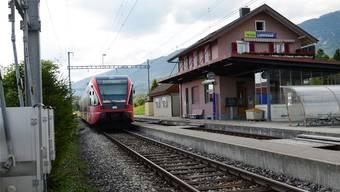 Die Moutier-Bahn verlässt den Bahnhof Lommiswil.
