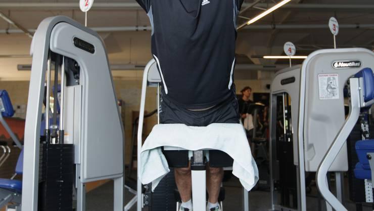 Dubler macht sich fit: 129 Personen aus Wohlen unterstützen den bisherigen Ammann (hier im Fitnesscenter vor dem 1. Wahlgang). (Bild: Raphael Hünerfauth)