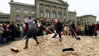 Acht Millionen Fünfrappen-Stücke auf dem Bundesplatz: Künstler Enno Schmidt (rechts) propagiert die «Generation Grundeinkommen».