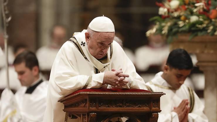 Papst Franziskus zelebriert im Petersdom die Mitternachtsmesse
