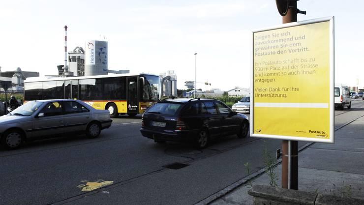 Beim dichten Verkehr – vor allem morgens und abends – ist der Postautochauffeur auf Autofahrer angewiesen, die ihm den Vortritt lassen. Im Bild die Einmündung der Kreuzboden- in die Kantonsstrasse. angelo zambelli