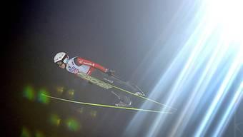 Simon Ammann im Nachthimmel von Falun.