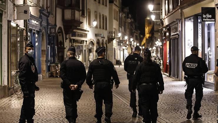 Polizisten patrouillen im Stadtzentrum von Straßburg zur Durchsetzung der Ausgangssperre. Foto: Jean-Francois Badias/AP/dpa