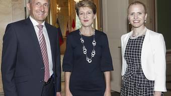 Bundspräsidentin Simonetta Sommaruga (Mitte), flankiert von Liechtensteins Regierungschef Adrian Hasler und Aussenministerin Aurelia Frick. Mit dem Treffen der liechtensteinischen Delegation hat Sommaruga als Bundespräsidentin Staats- und Regierungschefs aller Nachbarländer getroffen.