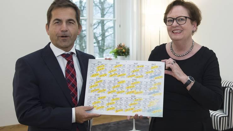 Der neue Bundeskanzler Walter Thurnherr und seine Vorgängerin Corina Casanova.