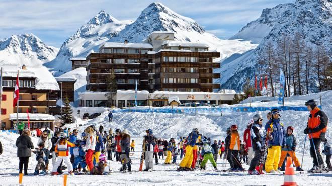 Treffpunkt Skischule direkt vor dem Arosa Kulm.