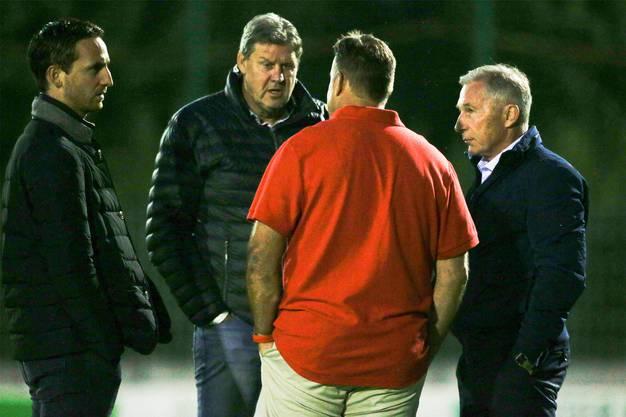 Krisengespräch im August 2018: Die FC-Aarau-Führungscrew (von links: Sandro Burki, Roger Geissberger und Alfred Schmid) spricht Trainer Patrick Rahmen (rotes Shirt) das Vertrauen aus.
