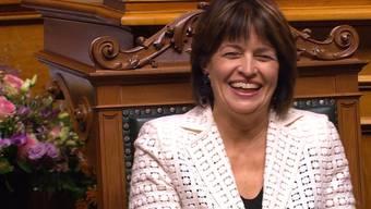 Doris Leuthard beweist während der Rede der Nationalratspräsidentin, dass sie den Sinn für Humor auch bis zur Verabschiedung nicht verloren hat.