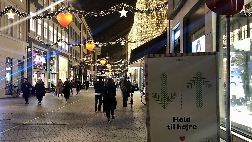 Ein Schild mit der Aufschrift «Hold til højre» (Halt dich rechts) weist Passanten in der Fußgängerzone im Zentrum von Kopenhagen darauf hin, auf der rechten Seite der Einkaufsstraße zu gehen. Mitten im Weihnachtsgeschäft schließt Dänemark ab Donnerstag alle Einkaufszentren. Foto: Steffen Trumpf/dpa