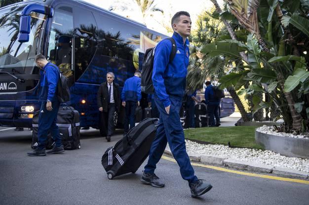 Der FCB - hier Kevin Bua bei der Ankunft im Teamhotel in Marbella - absolviert sein Wintertrainingslager traditionsgemäss in Andalusien.