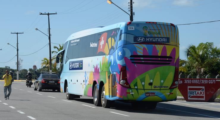 Nati-Bus mit Konvoi auf dem Weg vom Flughafen Porto Seguro ins Hotel.