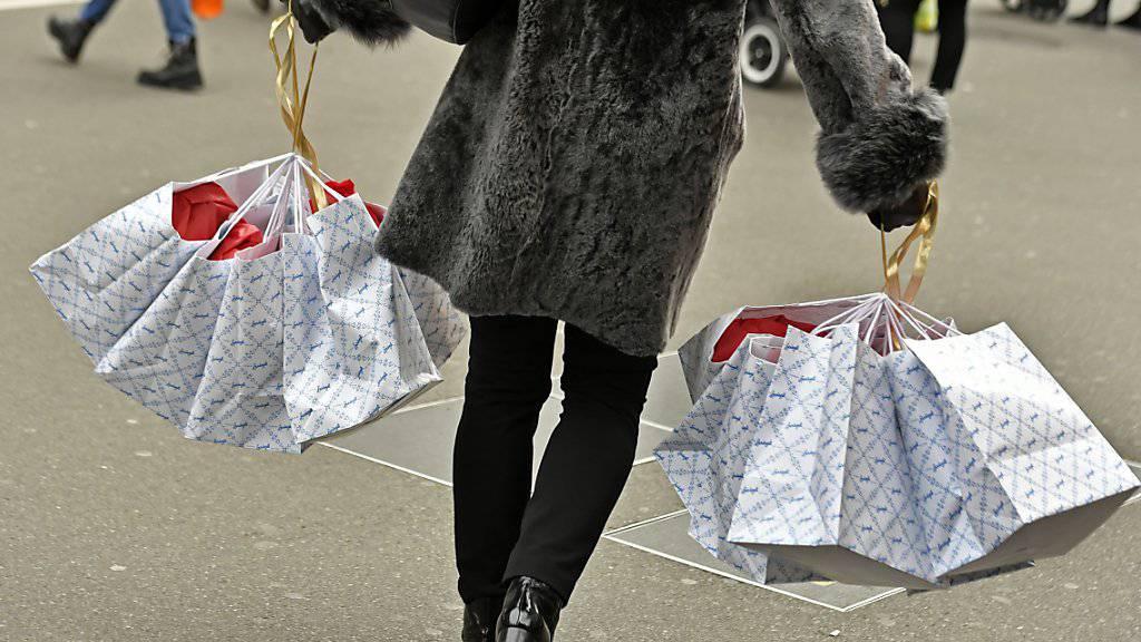 Die Schweizer haben wieder mehr Lust auf Konsum: Eine Shopperin an der Zürcher Bahnhofstrasse (Archivbild).
