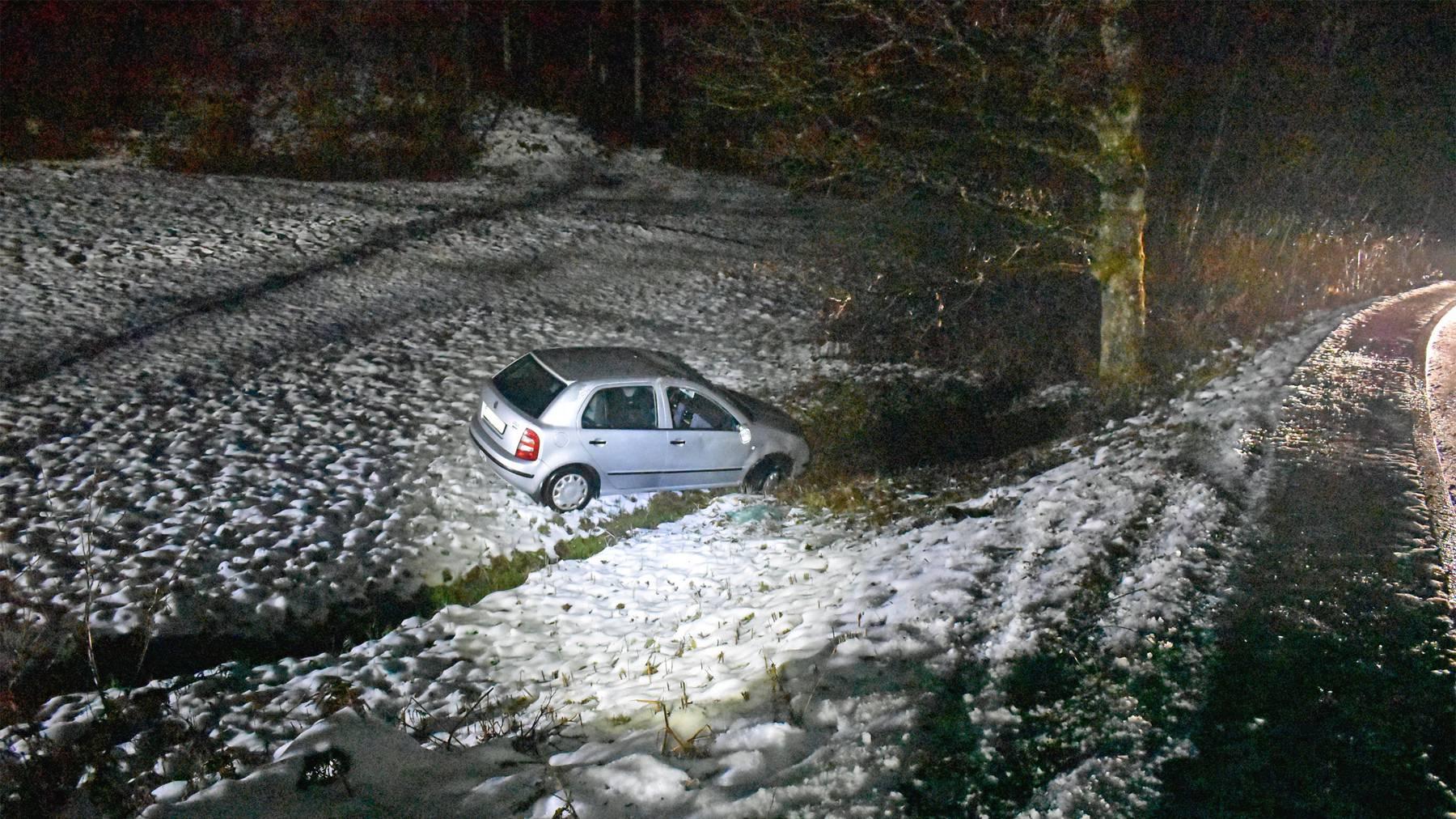 Auf der Meggerstrasse in Adligenswil kam ein Auto von der vereisten Strasse ab, fiel rund fünf Meter eine Böschung hinunter, überschlug sich dabei und kam auf den Rädern wieder zum Stillstand.