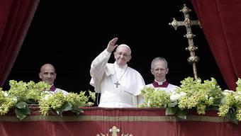 """Papst Franziskus spendet anlässlich der Ostermesse den Segen """"Urbi et Orbi""""."""
