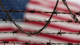 Hinter dem Stacheldraht in Camp Delta von Guantánamo auf Kuba
