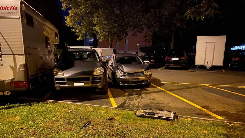 Betrunkene Frau fährt rückwärts in ein Polizeiauto