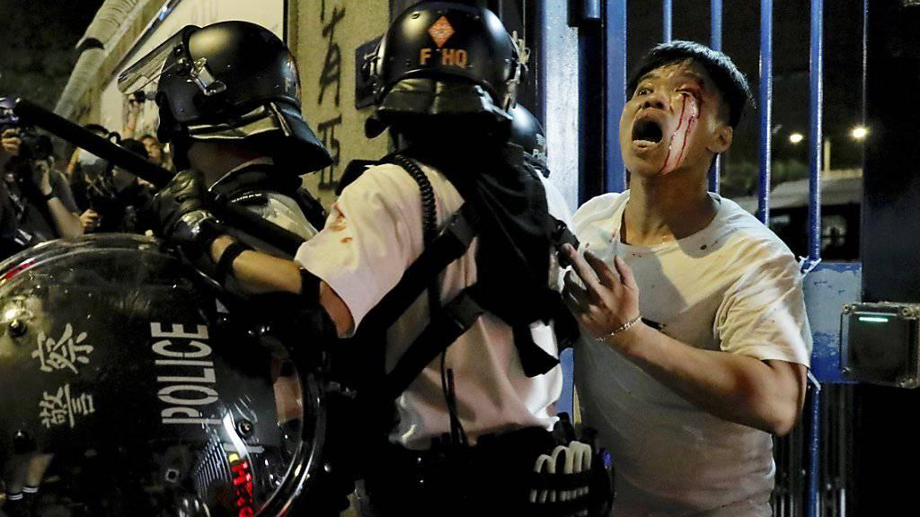 Vor einer Polizeistation in Hongkong ist es am Dienstagabend erneut zu gewalttätigen Protesten gekommen.