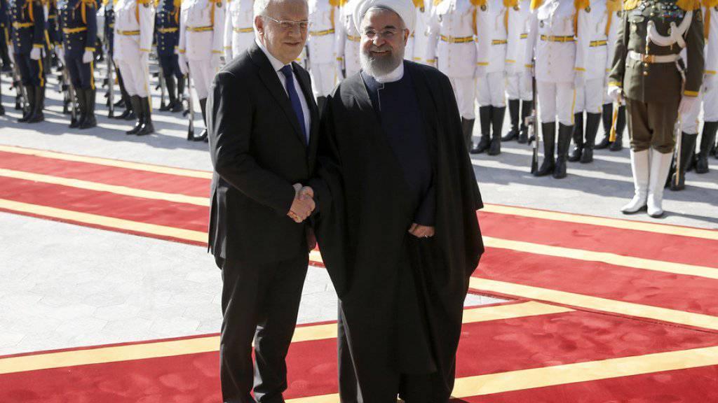 Im Februar 2016 war der damalige Bundespräsident Johann Schneider-Ammann (l.) von Hassan Ruhani in Teheran empfangen worden. Nun kommt der iranische Präsident Anfang Juli in die Schweiz. (Archiv)