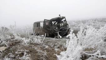 Ein zerstörtes Ambulanzfahrzeug nahe Switlodarsk in der Ostukraine