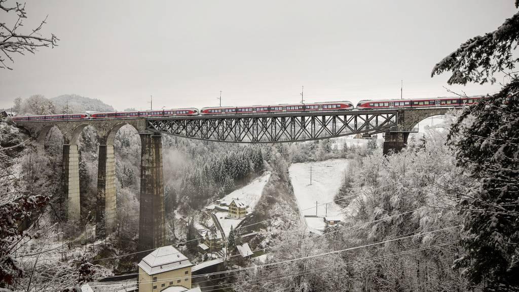 Am Sitterviadukt werden Gleisanlagen und Fahrleitungen erneuert.