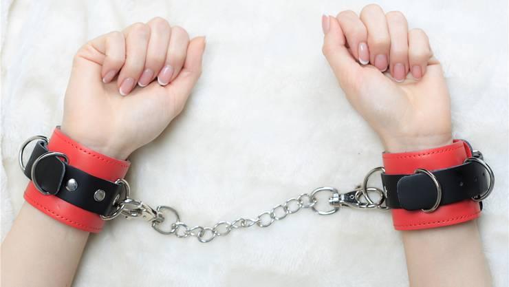 Der Beschuldigte soll gemäss Anklage seine Freundin mit ihren Händen an der Fesselstange festgebunden und vergewaltigt haben (Symbolbild). Thinkstock