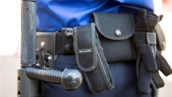 Ein Basler Polizist stand vor Gericht, weil er einem am Boden Liegenden ins Gesicht getreten haben soll. (Symbolbild)