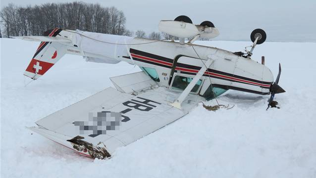 Das Flugzeug überschlug sich und blieb mit dem Fahrwerk nach oben liegen.