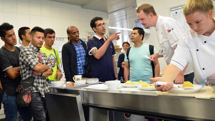 Reza Sharifi und seine Kollegen fragen dem stellvertretenden Küchenleiter Tobias Flach Löcher in den Bauch.