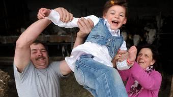 Eltern mit ihrem Pflegekind (Themenbild).