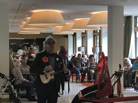 Musikalische Unterhaltung mit roten Nasen: Die Clowns Felix singen Lieder mit Ukulele-Begleitung