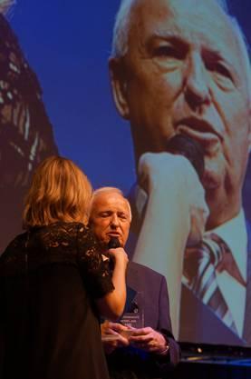 Rolf Brachs ist FVRZ-Ehrenamtlicher des Jahres und wird von Fernsehfrau Daniela Milanese interviewt.