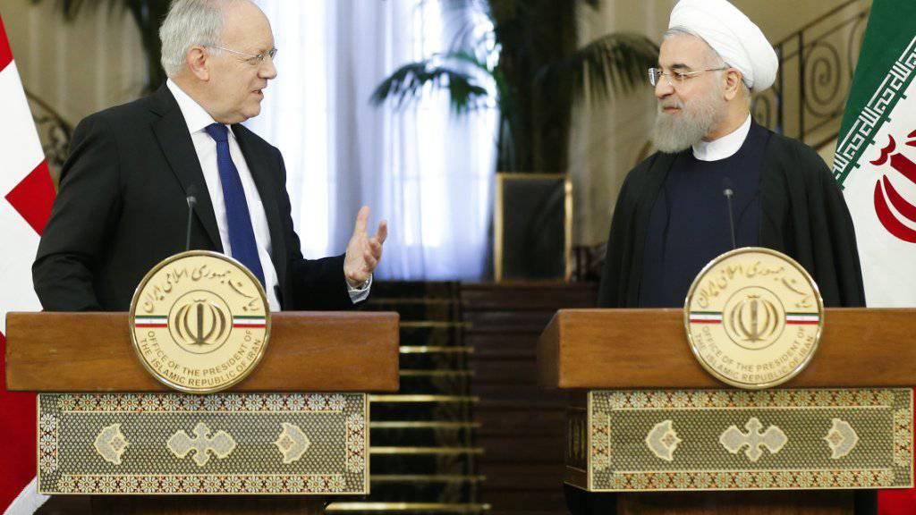 Bundespräsident Schneider-Ammann wollte mit einem Staatsbesuch in Iran die Exportgeschäfte ankurbeln, doch Schweizer Firmen hinken etwa deutschen Exporteuren deutlich hinterher. (Archivbild mit dem iranischen Präsidenten Hassan Rohani im Februar 2016 in Teheran)