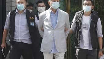 dpatopbilder - Kritiker wie hier der Medien-Tycoon Jimmy Lai (M) wurden bereits verhaftet. Hongkongs neues Sicherheitsgesetz richtet sich gegen Aktivitäten, die China als subersiv oder terroristisch ansieht und gilt als der bisher weitstgehende Eingriff in Hongkongs Autonomie. Foto: -/AP/dpa