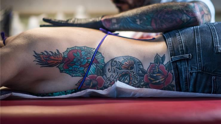 Dani will einen Bisonschädel auf ihrer Haut. Tattoo-Artist Ralf Hungerbühler sticht zu. Die Nachfrage ist ungestillt: In der Schweiz gibt es über 700 Tattoo-Shops.