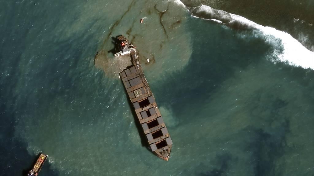 HANDOUT - Der Frachter «Wakashio» war am 25. Juli 2020 auf einem Korallenriff auf Grund gelaufen. Nachdem ein Tank gerissen war, strömten rund 1000 Tonnen Treibstoff in die Lagune vor Pointe d'Esny. Die Regierung spricht vom schlimmsten ökologischen Desaster, das das Urlaubsparadies je erlebt hat. Foto: Uncredited/2020 Maxar Technologies/AP/dpa - ACHTUNG: Verwendung nur im vollen Format und nur bis zum 01. September 2020